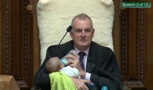 Νέα Ζηλανδία: Ο πρόεδρος της Βουλής τάιζε ένα μωρό κατά τη συνεδρίαση για τα καύσιμα [pics]