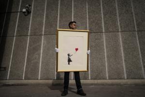 """Παρίσι: """"Φτερά"""" έκανε έργο του διάσημου καλλιτέχνη του δρόμου, Banksy"""
