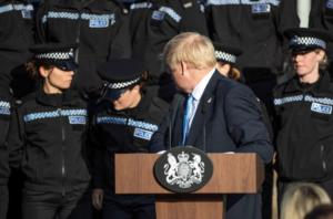 Μπόρις Τζόνσον: Το απρόοπτο στη διάρκεια ομιλίας του σε ακαδημία της αστυνομίας! video