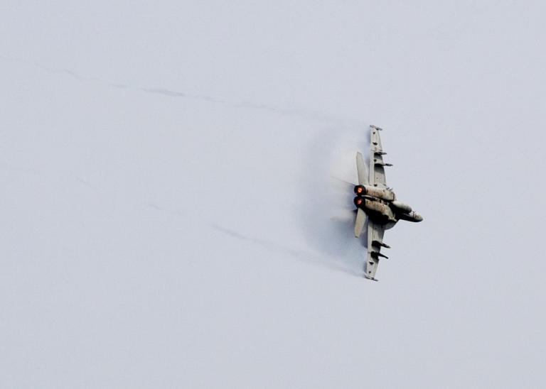 Ξέφυγαν οι Φινλανδοί – Μαχητικό αεροσκάφος F/A-18 προσγειώθηκε στη μέση του…δρόμου! [vid]