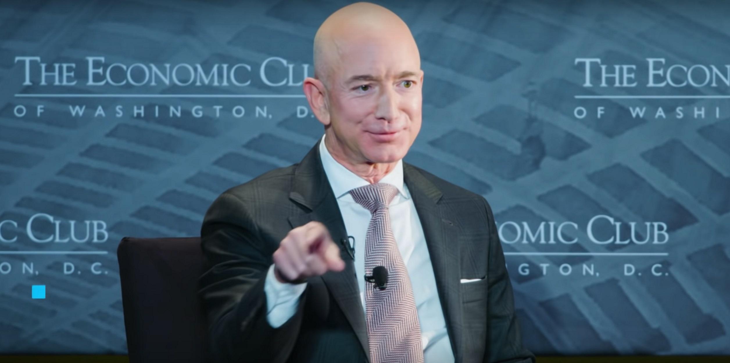 Jeff Bezos: Υπόσχεται να μειώσει τις εκπομπές αερίων της Amazon