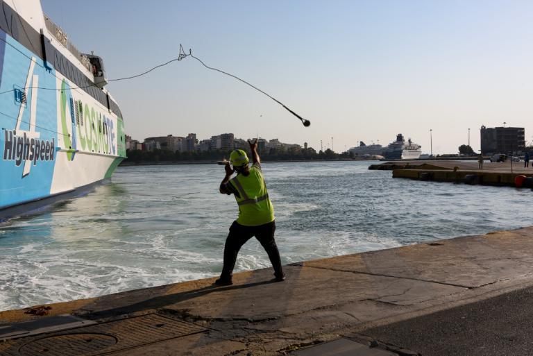 Πειραιάς: Τα… είχε «τσούξει» ο οδηγός που έπεσε με το ΙΧ του στο λιμάνι!