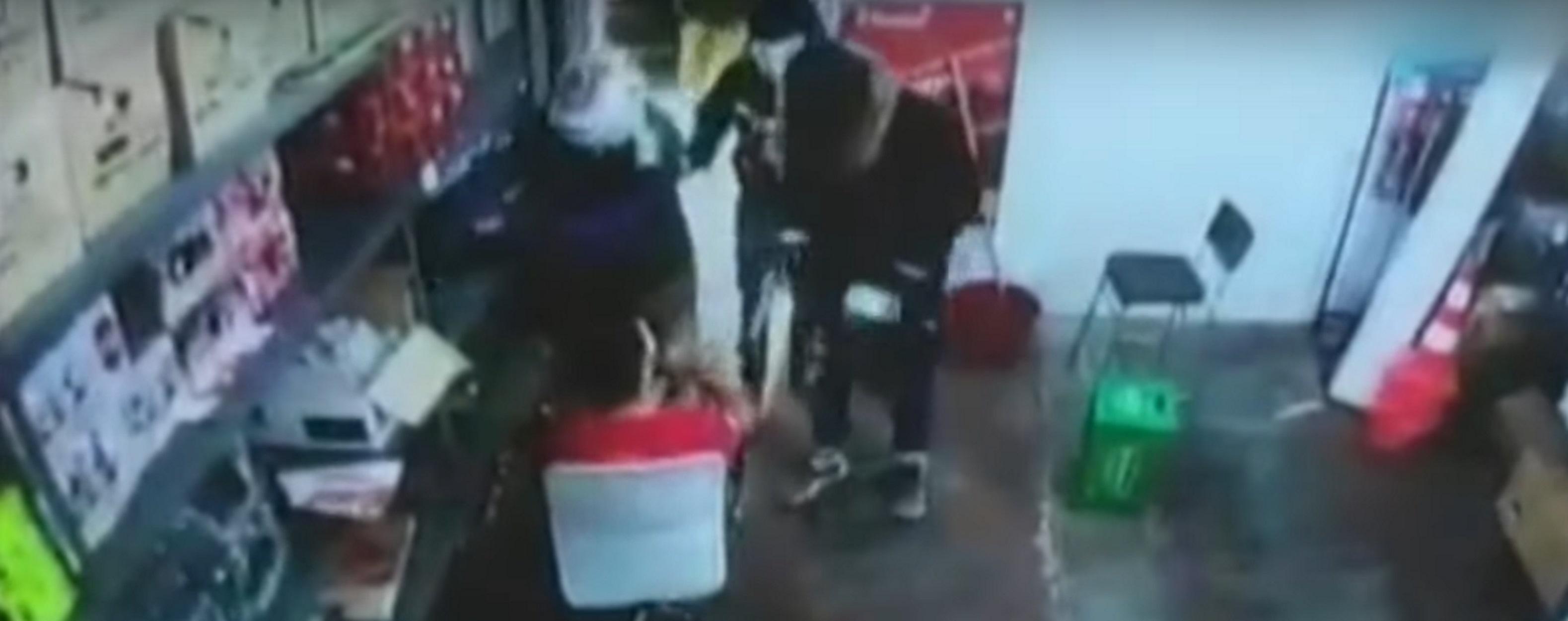 Καρέ – καρέ η ληστεία βενζινάδικου στη Μεταμόρφωση! video