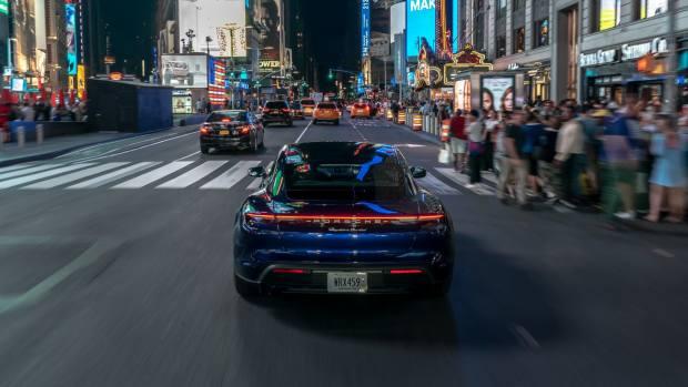 Η νέα Porsche Taycan ταξίδεψε από τους Καταρράκτες του Νιαγάρα μέχρι τη Νέα Υόρκη [vid]