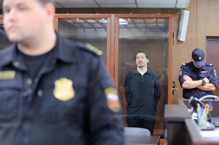 Ρωσία: Τρία χρόνια φυλακή σε διαδηλωτή επειδή… ακούμπησε το κράνος αστυνομικού!