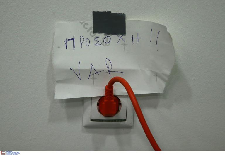 Φωτογραφία ΕΠΟΣ! Βρέθηκε η… πρίζα του VAR στο ΑΕΛ – Ολυμπιακός
