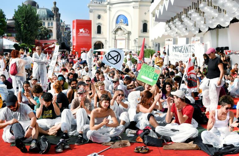 Βενετία – Μόστρα: Κατάληψη για το κλίμα στο κόκκινο χαλί του φεστιβάλ