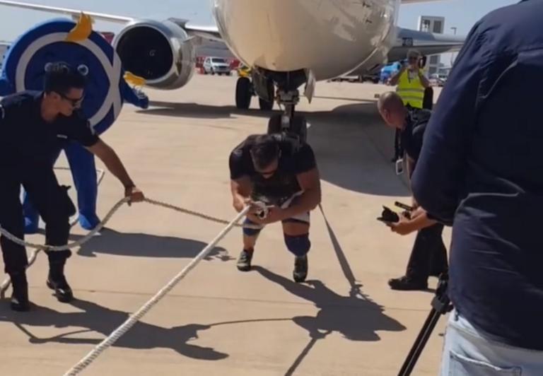 Απίστευτο! Έλληνας κατάφερε και τράβηξε αεροπλάνο βάρους 65 τόνων – video
