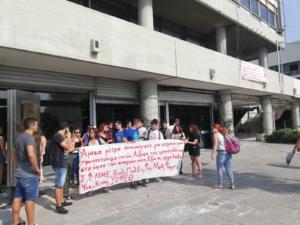 Διαμαρτυρία έξω από την πρυτανεία του ΑΠΘ για τη στέγαση των πρωτοετών φοιτητών