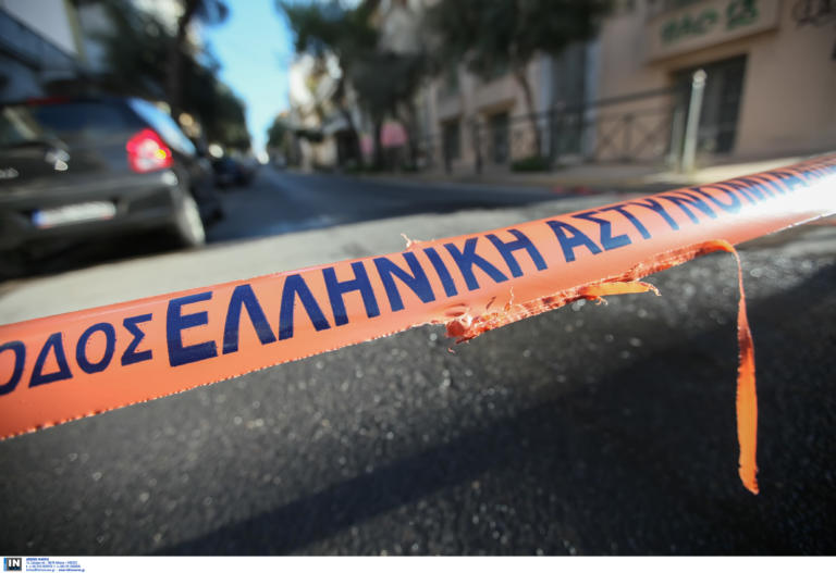 Θεσσαλονίκη: Αυτοκίνητο έριξε κολώνα φωτισμού σε δημοτικό κτίριο – Αυτοψία στο σημείο του τροχαίου – video