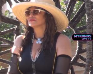 Μύκονος: Η μαμά της Beyonce έκλεψε την παράσταση – Μπήκε στη θάλασσα με τον δίκο της τρόπο – video