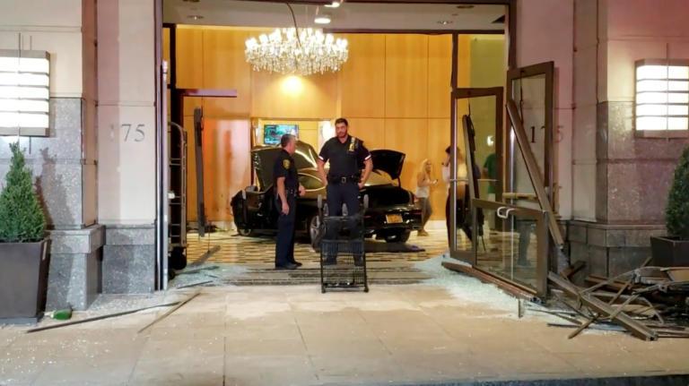 «Εισβολή» αυτοκινήτου σε ένα από τα κτίρια του Τραμπ στη Νέα Υόρκη [vids]