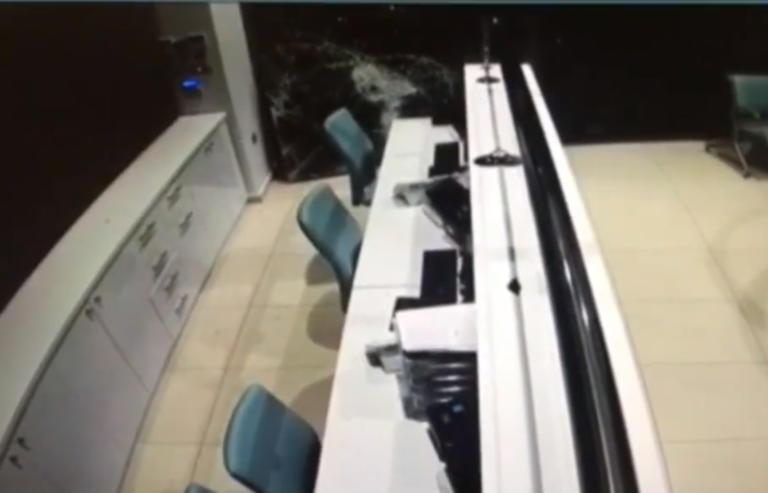 Πειραιάς: «Ντου» με αυτοκίνητο σε διαγνωστικό κέντρο – video
