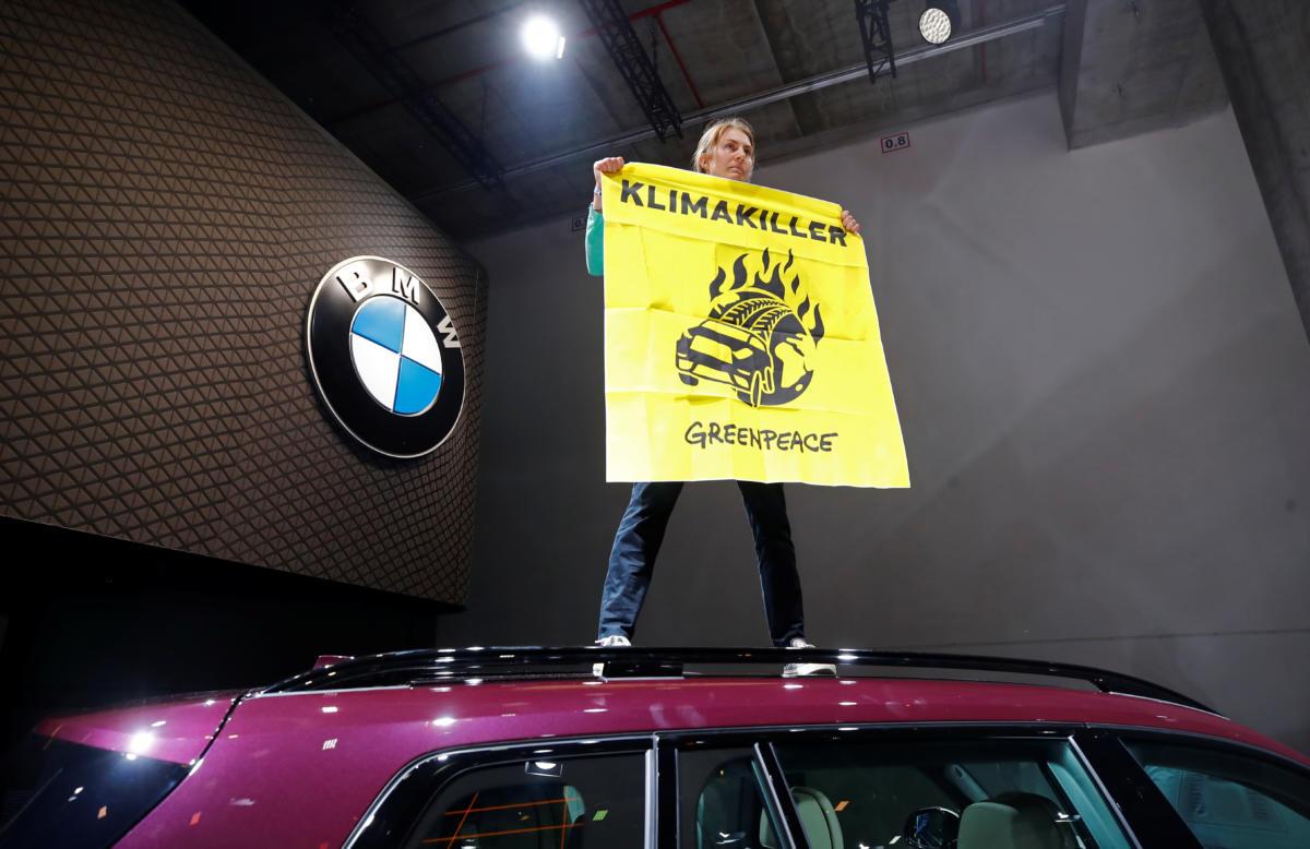 Ακτιβιστής προσπάθησε να πλησιάσει τη Μέρκελ σε έκθεση αυτοκινήτου στη Φραγκφούρτη