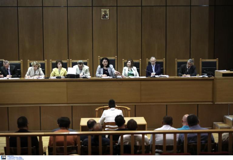 Δίκη Χρυσής Αυγής: Η συλλέκτρια ανθυπαστυνόμος και οι «βόλτες» των χρυσαυγιτών