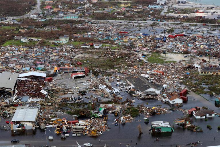 Κυκλώνας Ντόριαν: Χιλιάδες παγιδευμένοι στα συντρίμμια – Στους 43 έφτασαν οι νεκροί