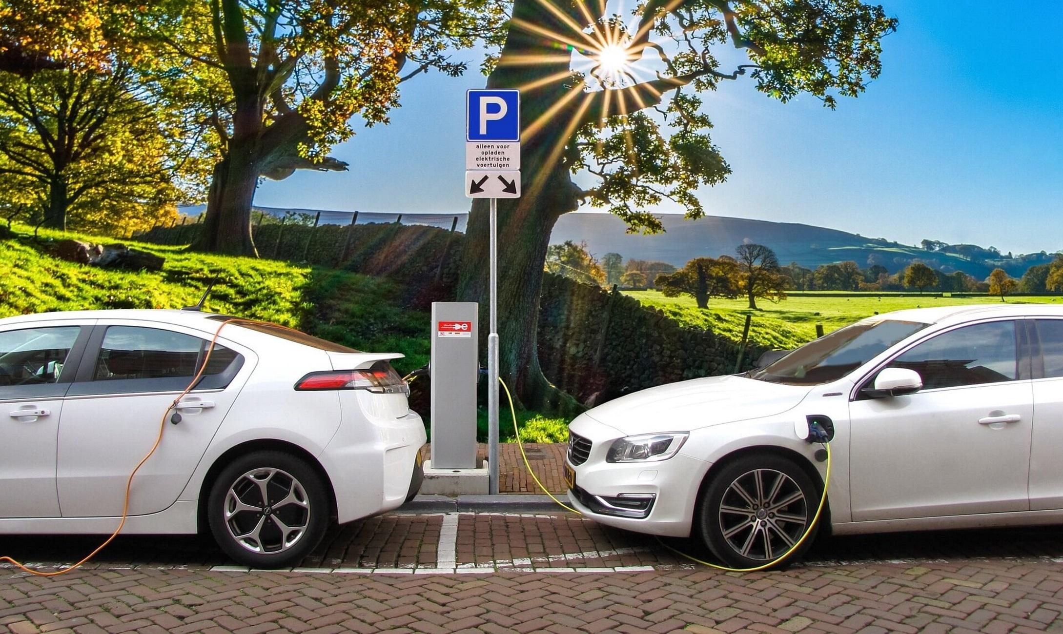 """Ηλεκτρικά αυτοκίνητα: Ανεβαίνουν οι πωλήσεις – """"Σφήνα σε βενζίνη, ντίζελ"""