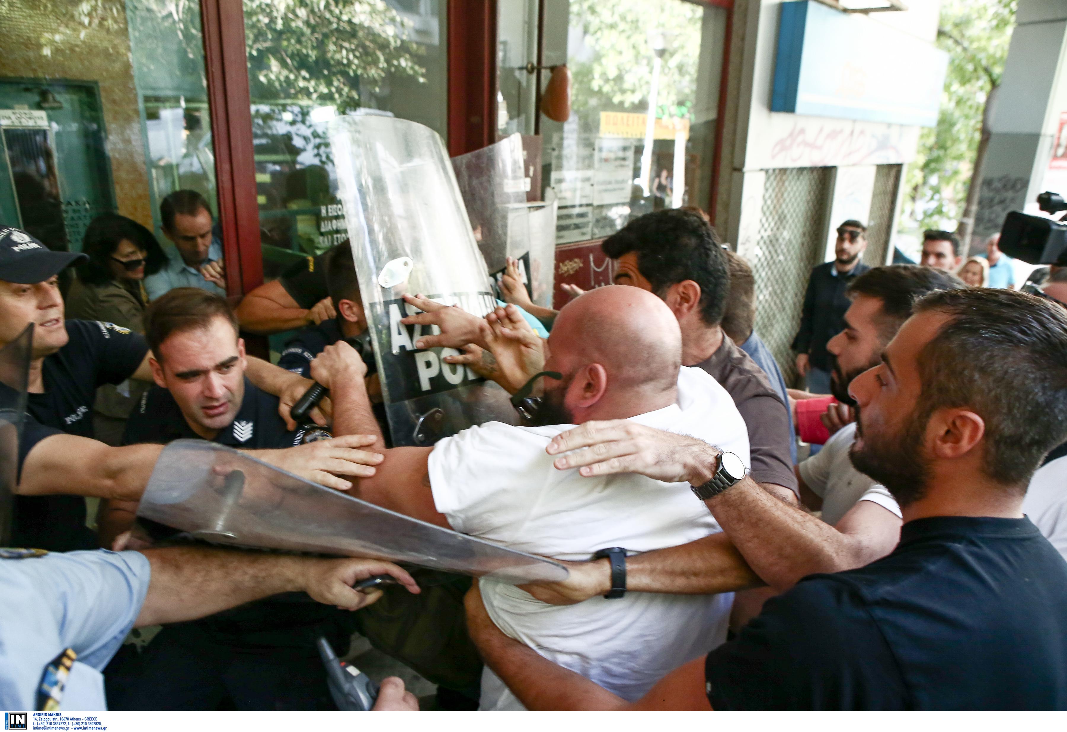 Πλειστηριασμοί: Ένταση και μικροεπεισόδια έξω από συμβολαιογραφείο στο κέντρο της Αθήνας