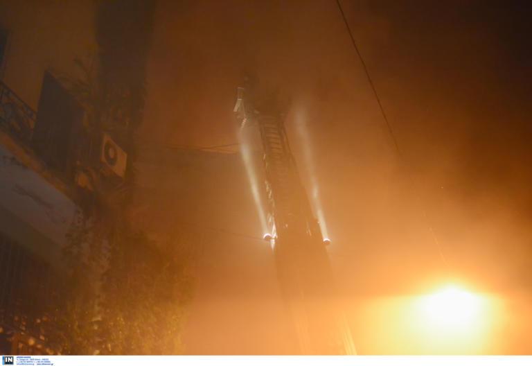 Μεγάλη επιχείρηση για την φωτιά στο κέντρο της Αθήνας – Έφτασαν στην ταράτσα οι φλόγες [pics]