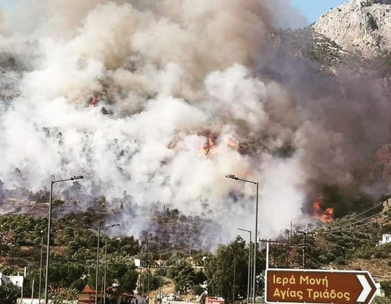 Φωτιά στο Λουτράκι: Νέες εικόνες που κόβουν την ανάσα – Εκκενώθηκαν μοναστήρια και γηροκομείο μέσα σε μια ατμόσφαιρα αποπνικτική [pics]