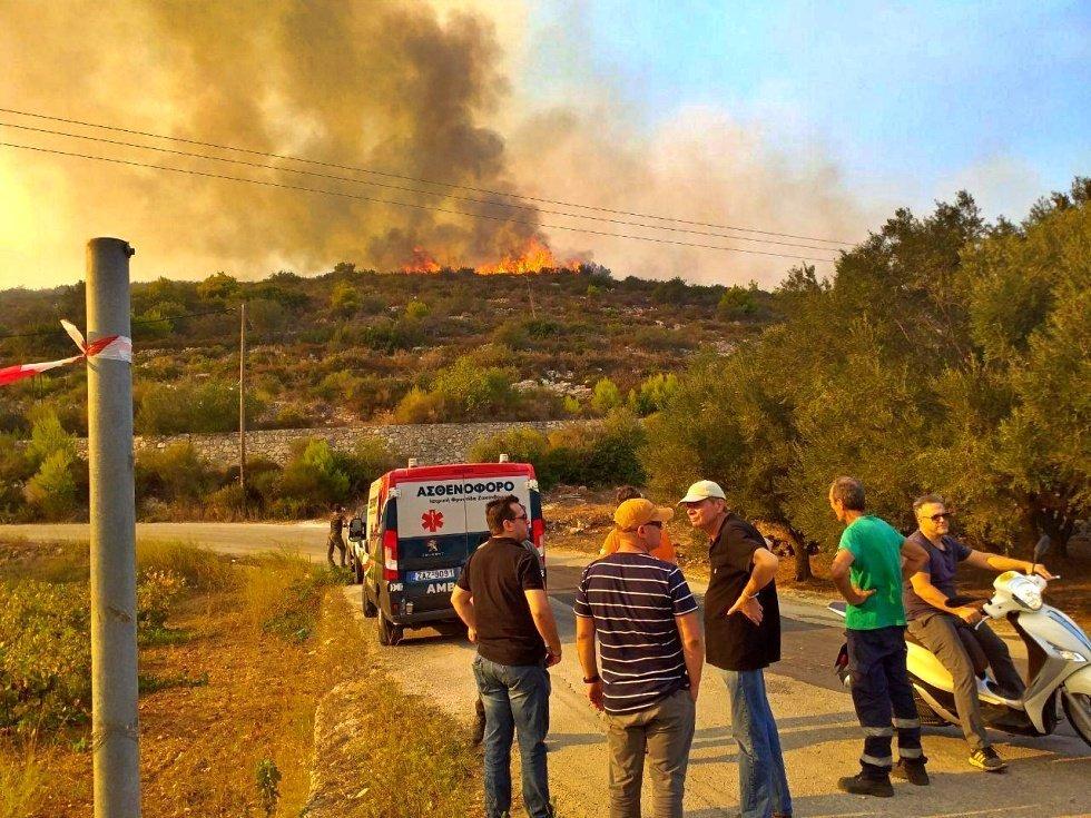 Ζάκυνθος: «Λαμπάδιασε» το νησί – Σκληρή μάχη με τις φλόγες [pics]