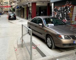 Θεσσαλονίκη: Επέστρεψε για να πάρει το αυτοκίνητο που πάρκαρε παράνομα και διάβασε αυτό το σημείωμα [pics]