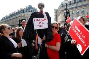 Παρίσι: Στους δρόμους γιατροί, δικηγόροι και πιλότοι για το συνταξιοδοτικό