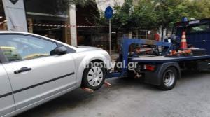 """Θεσσαλονίκη: """"Σκούπα"""" της τροχαίας με γερανούς – Σήκωσαν αυτοκίνητα που ήταν παρκαρισμένα παράνομα – video"""