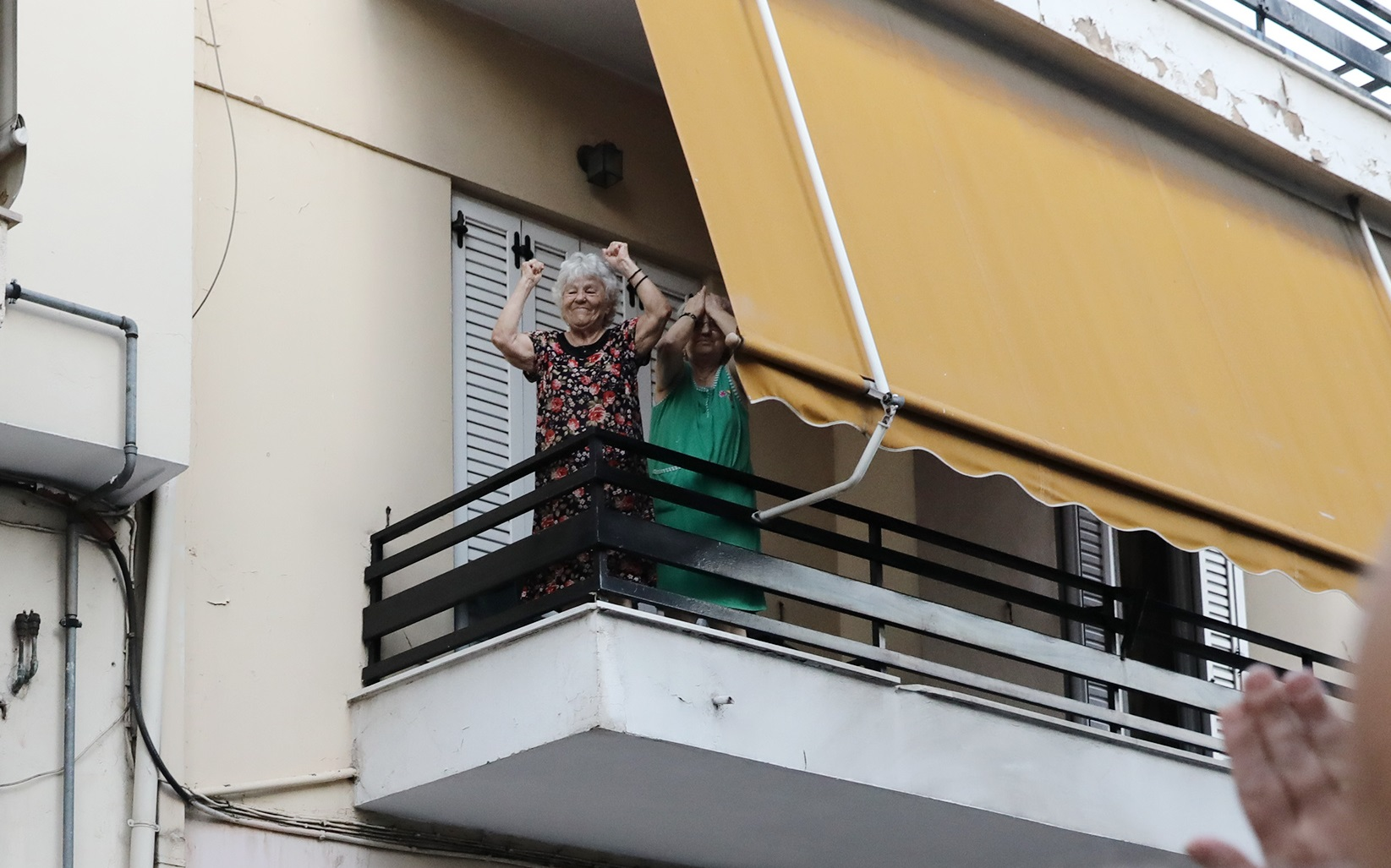 Η γιαγιά που βγήκε στο μπαλκόνι με υψωμένες γροθιές στο newsit.gr: «Έκλαψα! Το έκανα με την καρδιά μου για τον Παύλο»