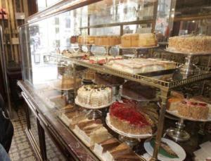 Τον καταλαβαίνουμε: Υπάλληλος ζαχαροπλαστείου έκλεψε… 1.020 γλυκά!