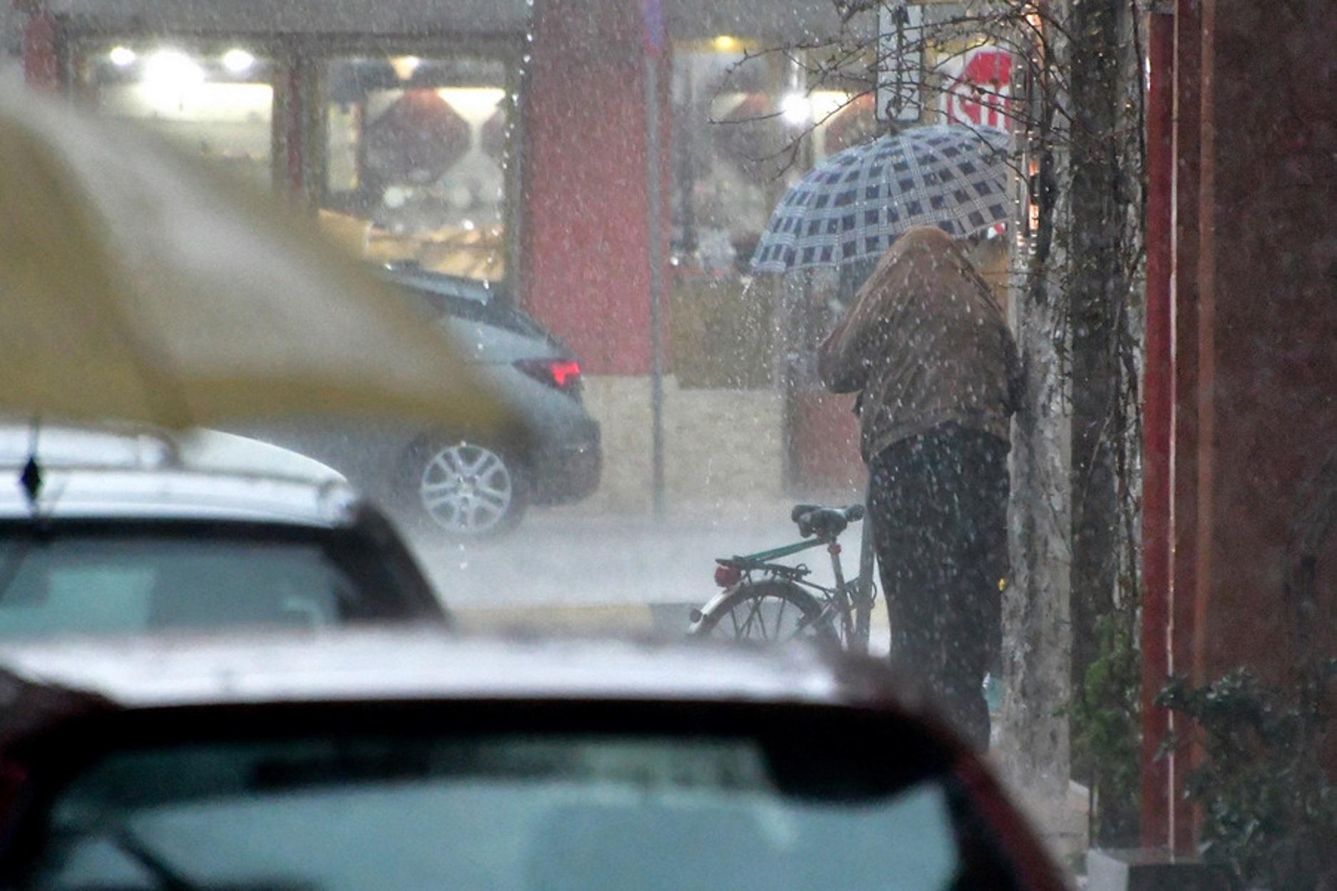 """Ποιό φθινόπωρο; Χειμώνας! """"Αγριεύει"""" και πάλι ο καιρός - Κακοκαιρία με καταιγίδες, χαλάζι και ισχυρούς ανέμους έως την Τετάρτη"""