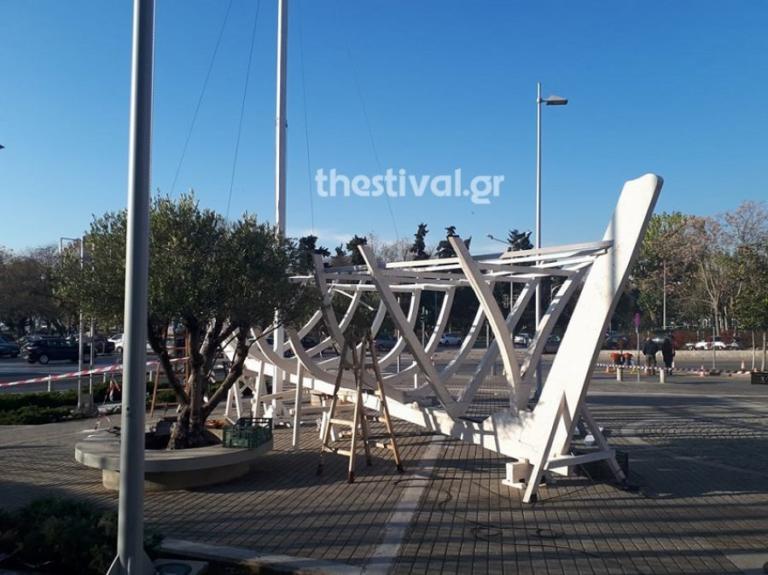Θεσσαλονίκη: «Σαλπάρει» το καραβάκι του δημαρχείου – Συνεργεία άρχισαν να το ξεστήνουν!