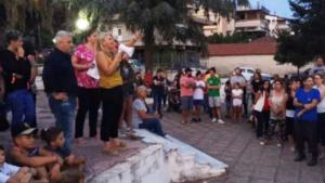 Καραβόμυλος: Μαύρες σημαίες, ομάδες περιφρούρησης και κλείσιμο της εθνικής οδού για να μπλοκάρουν τη δημιουργία hot spot – video