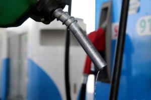 Υπουργείο Ανάπτυξης: Τρία λεπτά πάνω η αμόλυβδη βενζίνη – Πως διαμορφώθηκαν οι τιμές