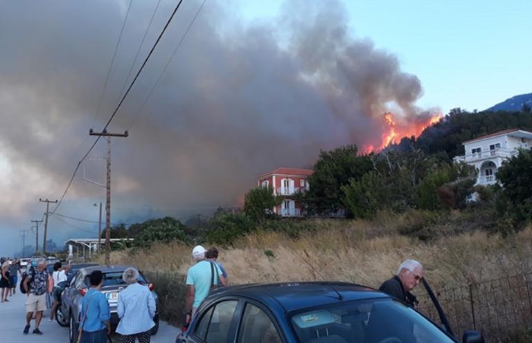 Κεφαλονία: Σε ύφεση η φωτιά στα Λουρδάτα