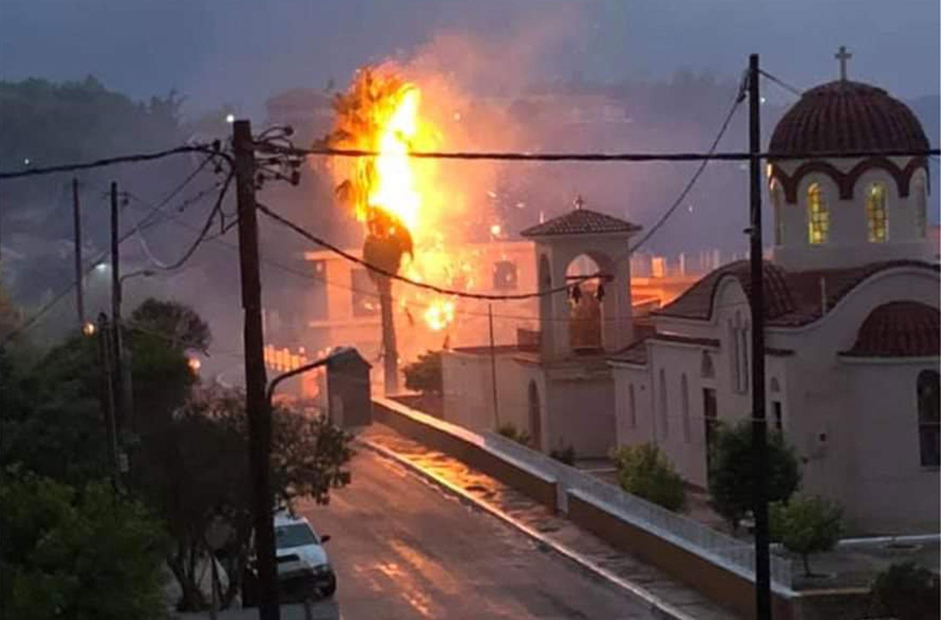 Κεφαλονιά: Παρανάλωμα του πυρός φοίνικας μετά από κεραυνό – video