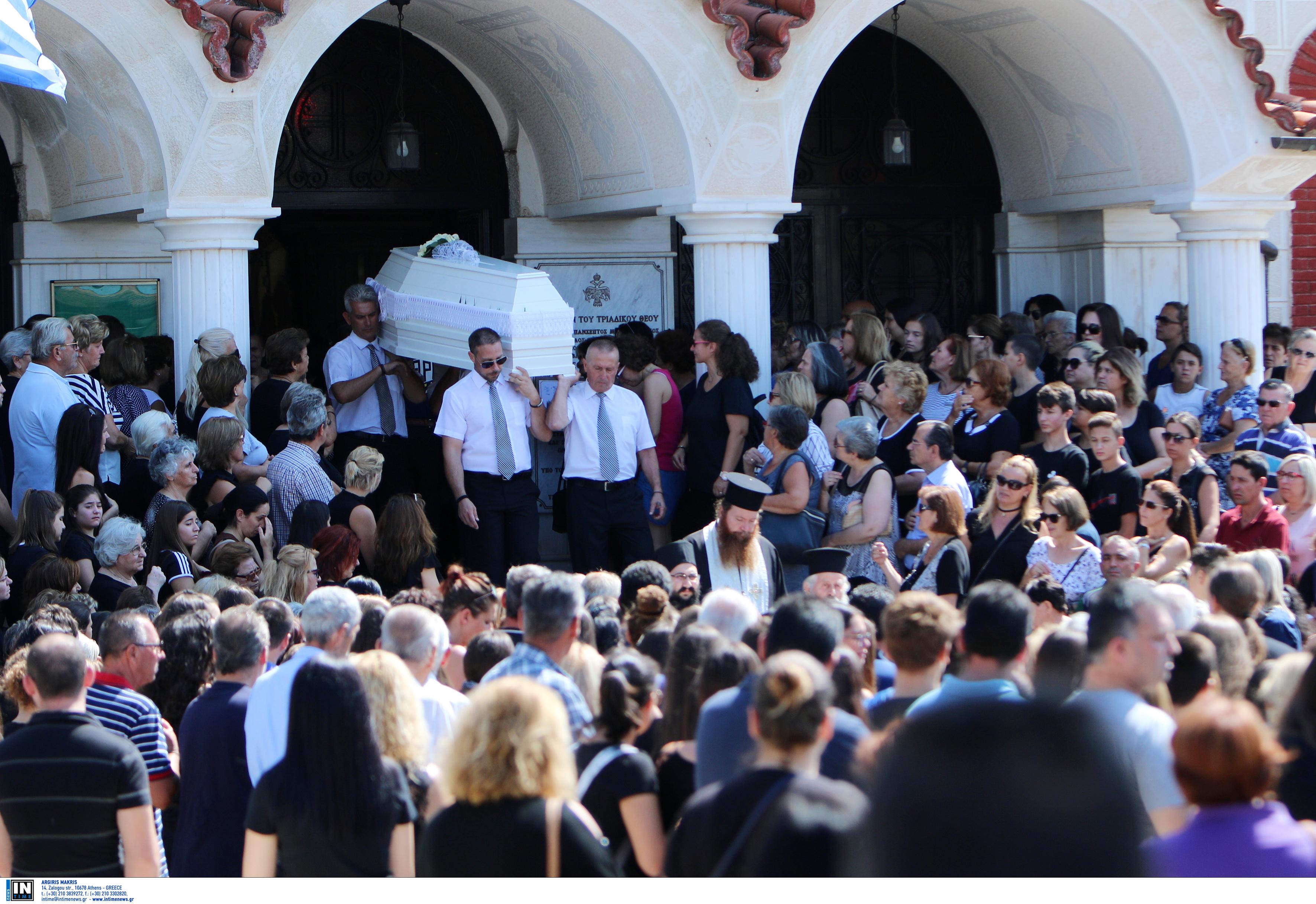 Λούνα Παρκ – Βόλος: Ράγισαν καρδιές στην κηδεία της 14χρονης - Απών ο πατέρας της [pics]
