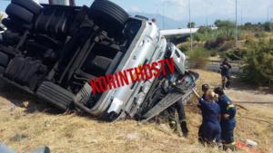 Κορινθία: Τούμπαρε φορτηγό – Εγκλωβίστηκε ο οδηγός!