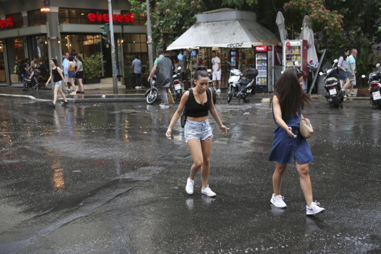 """Ο καιρός σήμερα: """"Μπερδεμένος"""" με ζέστη και βροχές με καταιγίδες"""