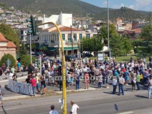 Φθιώτιδα: Έκλεισαν την εθνική οδό – Μαύρες σημαίες για το hot spot στον Καραβόμυλο [pics]