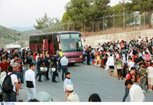 Λέσβος: Σε εξέλιξη η επιχείρηση μετακίνησης 1.500 προσφύγων και μεταναστών – Νέες αφίξεις από τα τουρκικά παράλια!