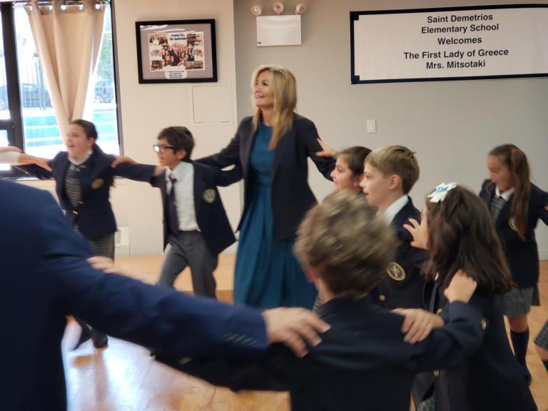 Η Μαρέβα Μητσοτάκη, η μικρή Μαρία και ο… χορός με μαθητές – video