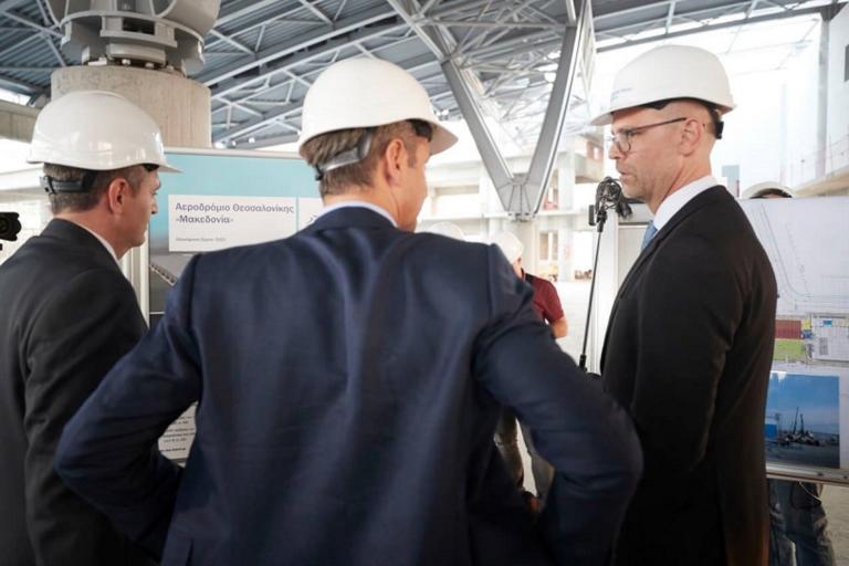 Κυριάκος Μητσοτάκης: Φόρεσε κράνος και επισκέφθηκε τα έργα επέκτασης του αεροδρομίου «Μακεδονία»