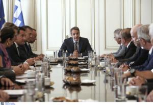 """Συνάντηση Μητσοτάκη με τους κοινωνικούς εταίρους – """"Δρομολογούνται μεγάλες ιδιωτικές επενδύσεις"""""""