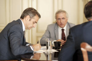 """Τα σενάρια για τις μειώσεις φόρων -""""Ανάσα"""" για μισθωτούς και συνταξιούχους ο εισαγωγικός φορολογικός συντελεστής 9%"""