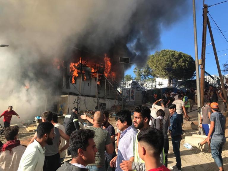 Μεγάλη φωτιά στη Μόρια! Πανικός στον καταυλισμό – video