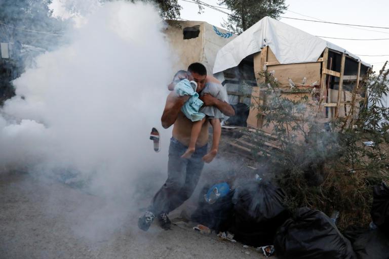 Φωτιά στη Μόρια: Τουλάχιστον ένας νεκρός, χάος και επεισόδια στον καταυλισμό