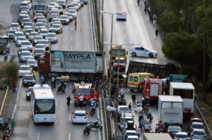 Τρεις τραυματίες από ανατροπή νταλίκας κοντά στο Δαφνί και κυκλοφοριακό κομφούζιο