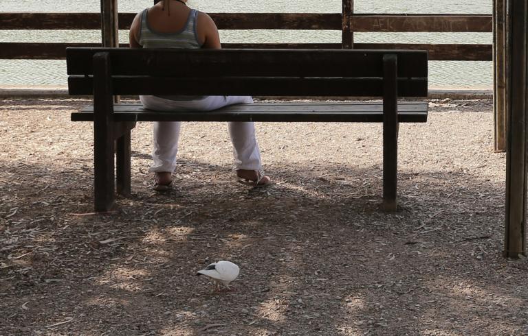 Βόλος: Την έβλεπαν να κοιμάται σε παγκάκια – Έμειναν άφωνοι όταν άκουσαν από την ίδια την ιστορία της ζωής της!