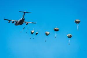 Θα πλημμυρίσει ο ουρανός από αλεξίπτωτα – Το ΝΑΤΟ τιμά τους νεκρούς του [vid]